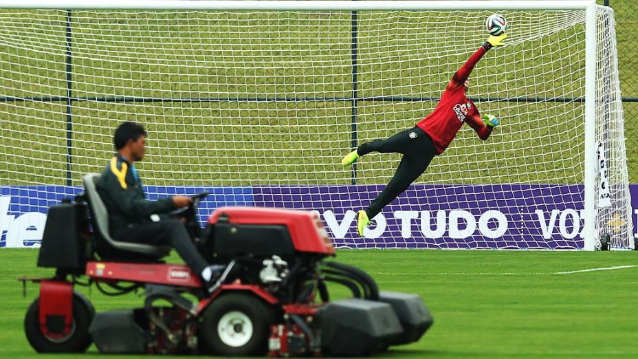 O goleiro Julio César durante o treinamento na Granja Comary, nesta terça-feira (27)