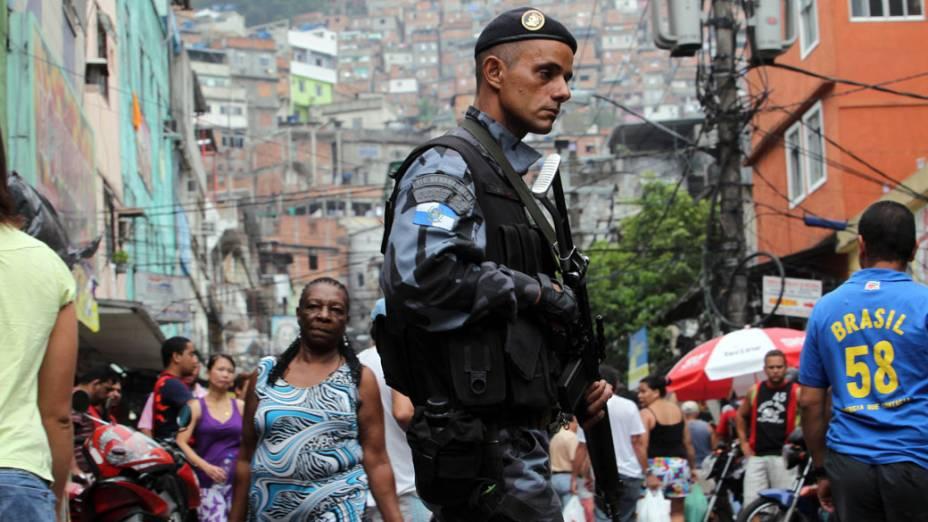 Policiais montam guarda nas saídas da favela da Rocinha, no Rio de Janeiro - 12/11/2011