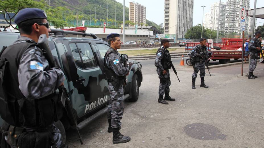 Policiais do Batalhão de Choque se posicionam em uma das saídas da favela da Rocinha - 12/11/2011