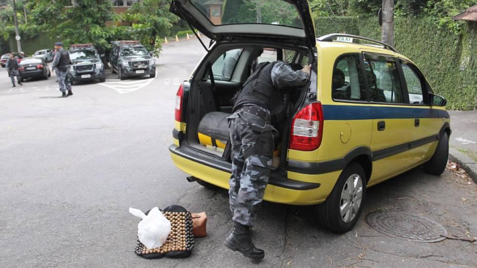 Táxi é revistado por policiais do Batalhão de Choque, em uma das saídas da Rocinha, no Rio de Janeiro - 12/11/2011