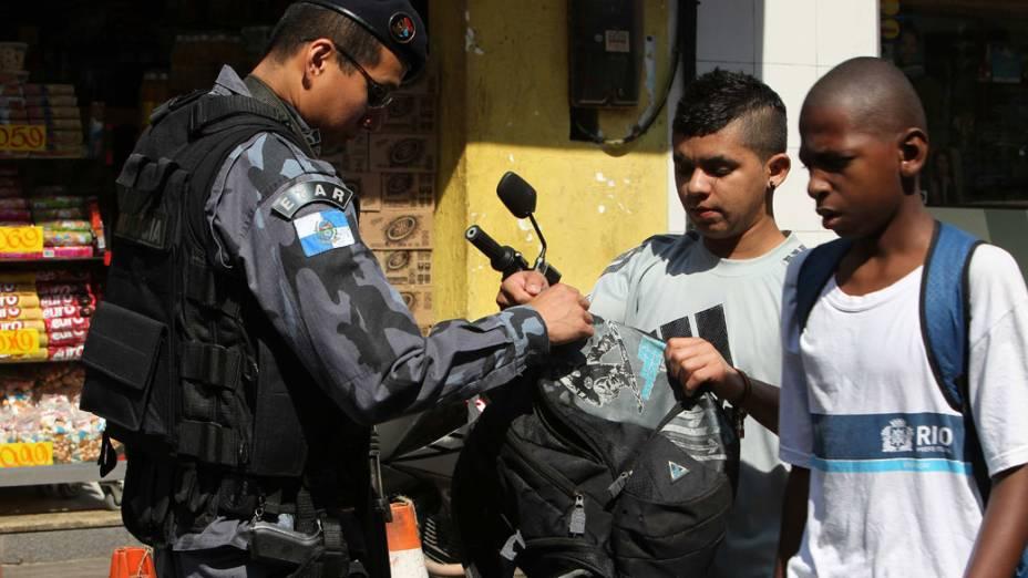 Moradores são revistados ao saírem da favela da Rocinha, no Rio de Janeiro - 11/11/11
