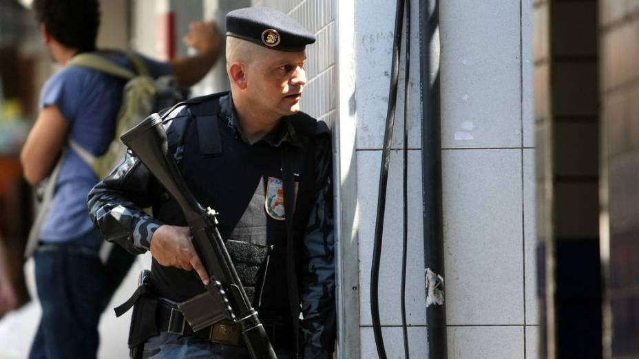 Membro da policia carioca vigia uma das saídas da Rocinha, no Rio de Janeiro - 11/11/11