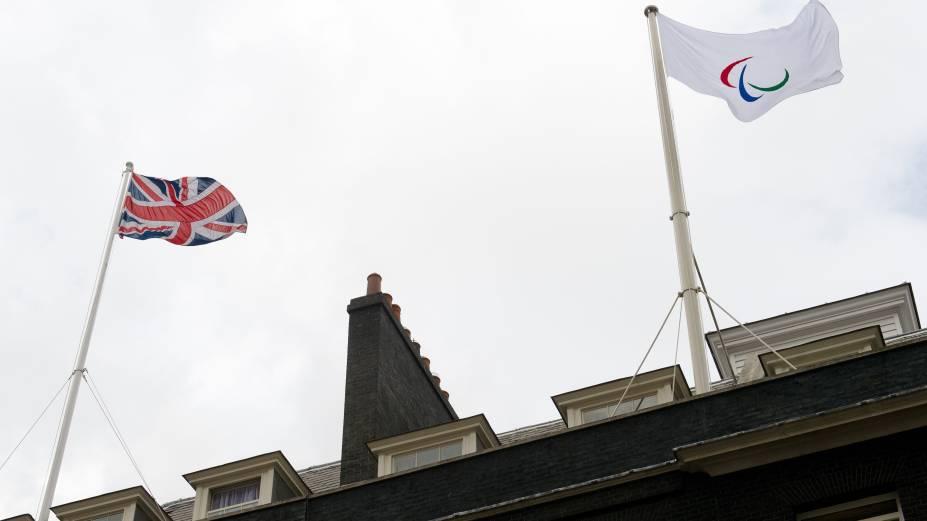 A bandeira paralímpica em 10 Downing Street, residência oficial do primeiro-ministro britânico
