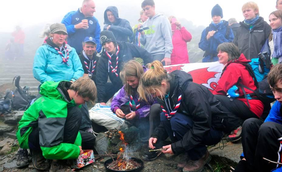 Chama paralímpica é acesa no Monte Snowdon, ponto mais alto do País de Gales, a uma semana da abertura dos Jogos