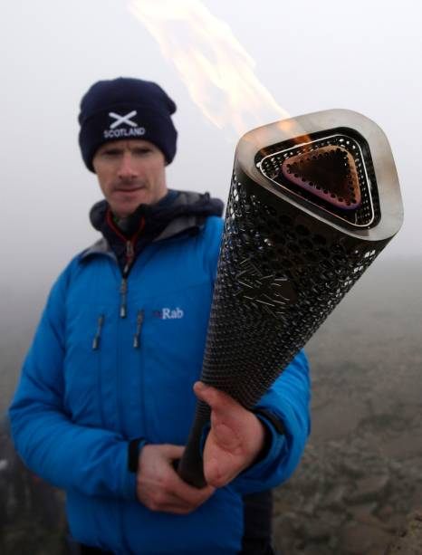 O alpinista escocês Kevin Shields com a chama paralímpica