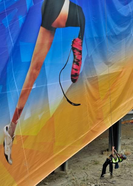 Cartaz publicitário dos Jogos Paralímpicos é instalado nos arredores do Parque Olímpico de Londres