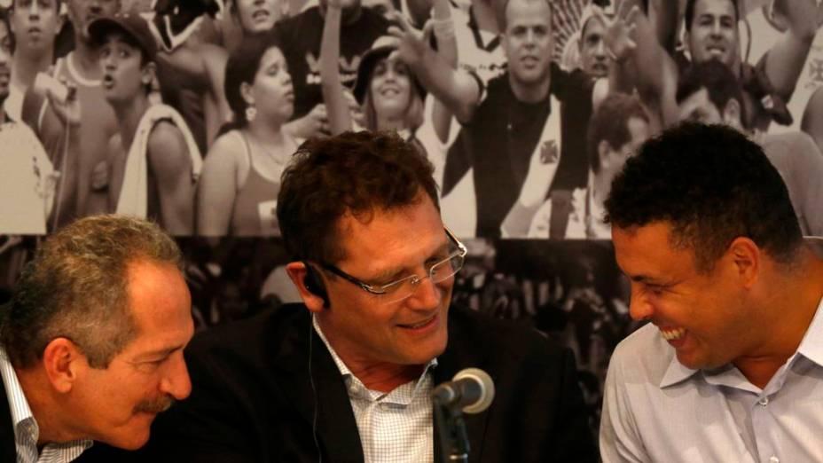 Aldo Rebelo, Jérôme Valcke e Ronaldo em visita às obras do Maracanã, no Rio de Janeiro