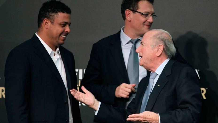 Ronaldo, Jérôme Valcke e Joseph Blatter no anúncio dos finalistas do prêmio Bola de Ouro, em São Paulo