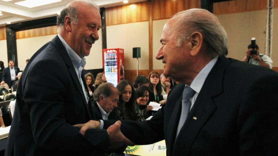 O técnico da Espanha, Vicente Del Bosque, cumprimenta o presidente da Fifa, Joseph Blatter, em seminário das equipes participantes da Copa das Confederações