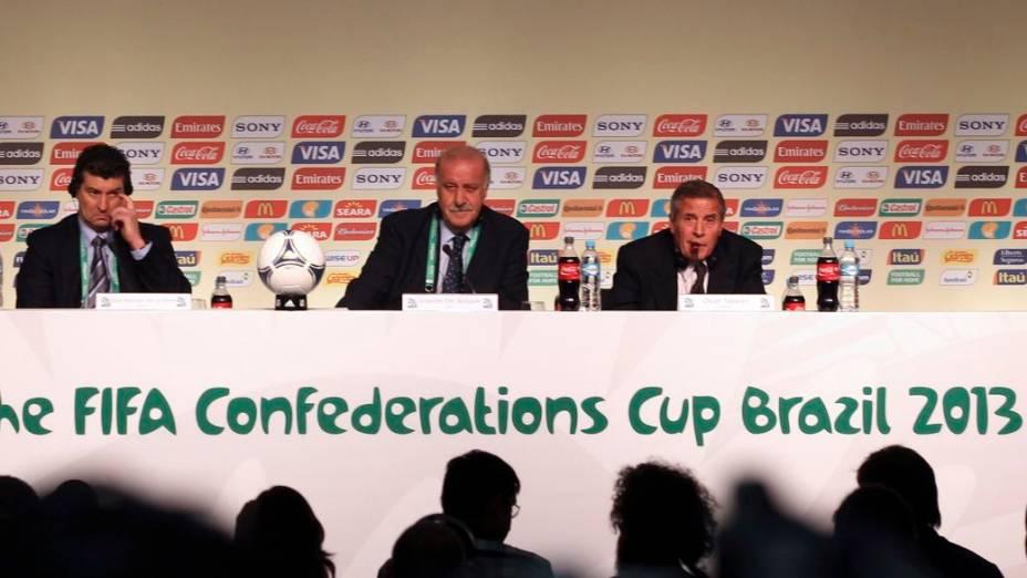 Os técnicos do México, da Espanha e do Uruguai na véspera do sorteio da Copa das Confederações, no Anhembi