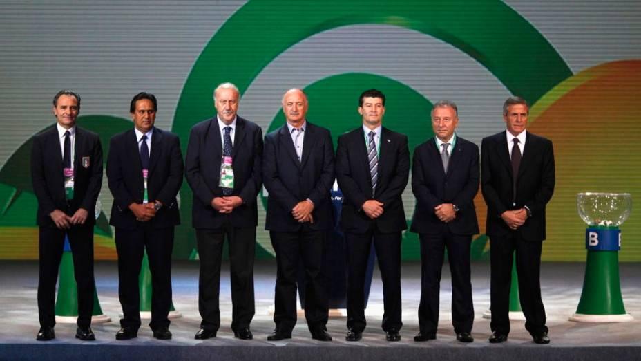 Os técnicos das seleções classificadas para a Copa das Confederações posam para fotos no palco do sorteio, no Anhembi, em São Paulo