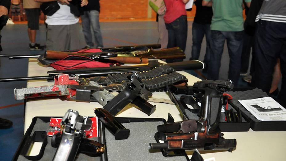 Armas apreendidas pelo DEIC junto com os suspeitos neste sábado (16), em Santa Catarina