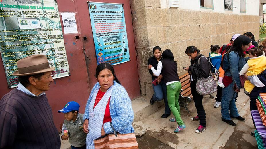 Movimentação de familiares de presos em dia de visita no Centro Penitenciário São Pedro em Oruro, na Bolívia