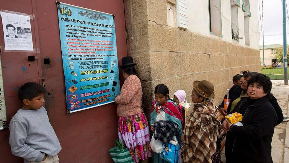 Movimentação de familiares de presos em dia de visita no Centro Penitenciário São Pedro, em Oruro