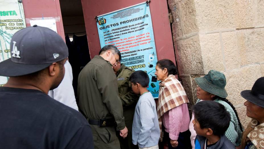 Wagner da Costa, de costas à esquerda, conhecido como B.O, aguardando para visitar os presos no Centro Penitenciário São Pedro, em Oruro