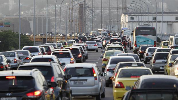 Motoristas enfrentam intenso congestionamento para chegar ao Centro do Rio