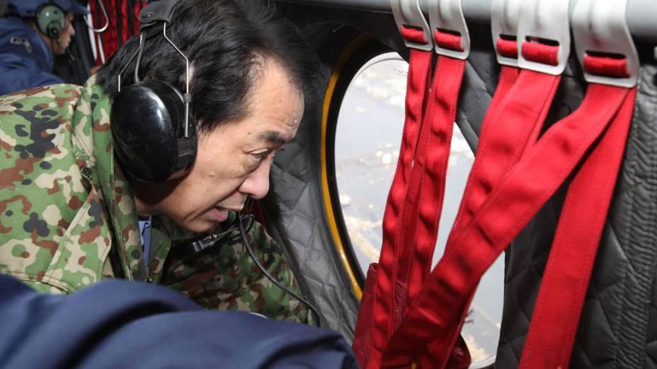 Primeiro-ministro japonês, Naoto Kan, sobrevoa Miyagi, região atingida pelo terremoto e tsunami