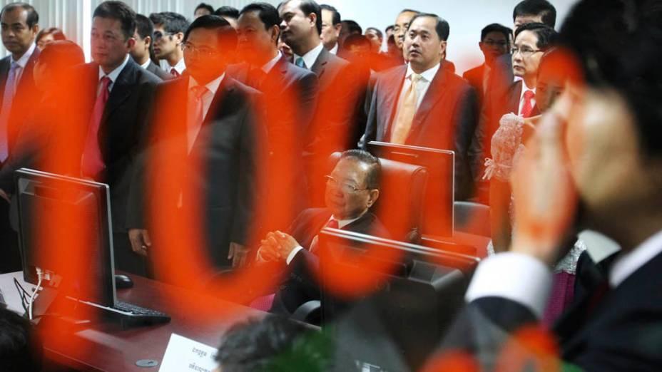 O Ministro da Economia e Finanças, Keat Chhon (sentado), durante teste de sistema da bolsa de valores em Phnom Pehn, Camboja