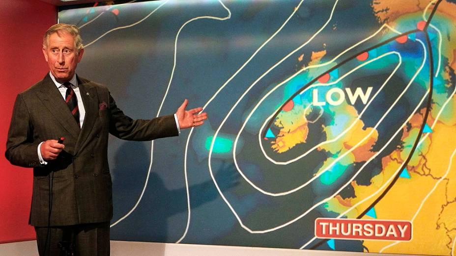 Príncipe Charles, herdeiro do trono britânico, apresenta a previsão do tempo ao visitar escritório da BBC na Escócia