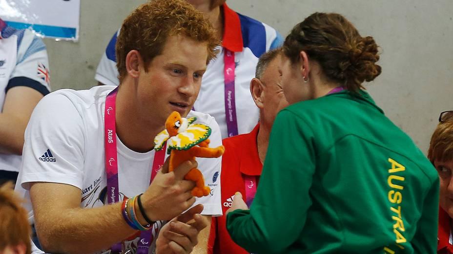 Príncipe Harry ganha lembrança de atleta australiana durante a Paraolimpíada, em Londres