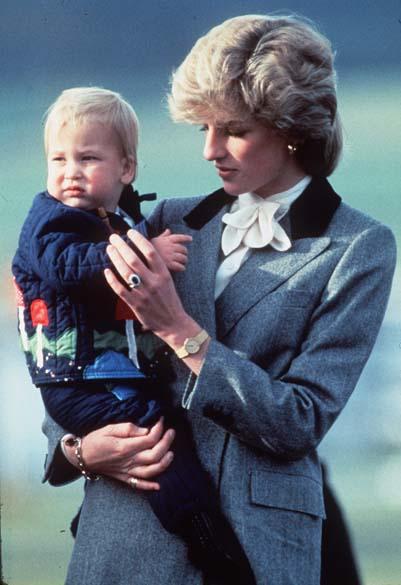 Príncipe William com um ano de idade no colo da mãe, princesa Diana, em outubro de 1983, no palácio de Kensington, Londres