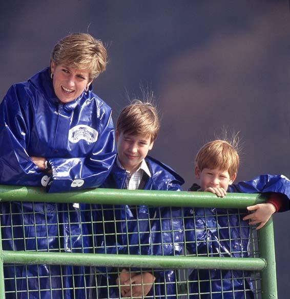 Príncipe William aos 9 anos com sua mãe, princesa Diana, e seu irmão, príncipe Harry em outubro de 1991, nas Cataratas do Niágara, Estados Unidos