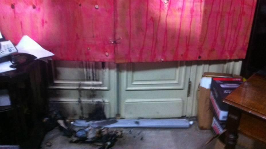 Um sapato em chamas foi arremessado em direção à sala do Cerimonial da Câmara