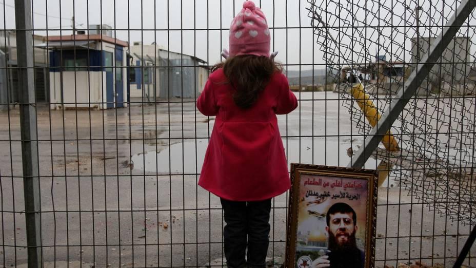 Filha do líder islâmico Khodr Adnan durante protesto fora de prisão em que ele se mantém em greve de fome por 44 dias, na Cisjordânia
