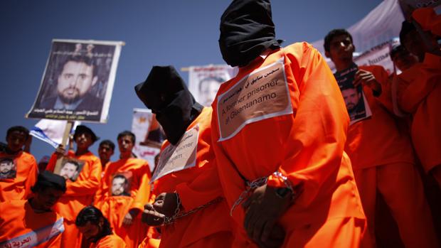 Em Sanaa, no Iêmen, ex-detentos de Guantánamo fazem protesto pela libertação dos iemenitas da prisão em Cuba, em frente à embaixada dos EUA