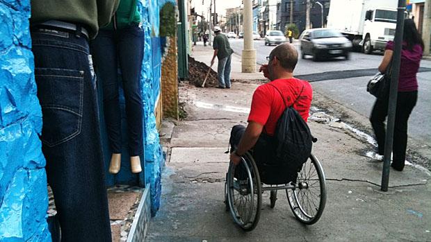 Degraus em frente às lojas são obstáculos comuns na vida de um cadeirante