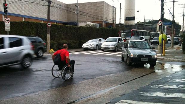 O analista de sistemas Valdir Gonçalves precisa se aventurar no meio dos carros para conseguir se locomover por São Paulo