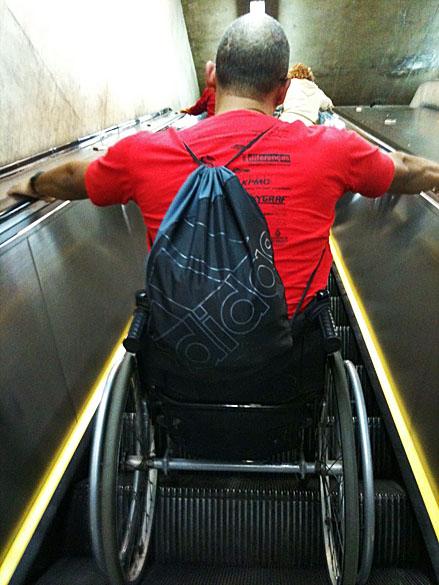Nas estações de metrô sem elevador, a solução é se aventurar nas escadas rolantes
