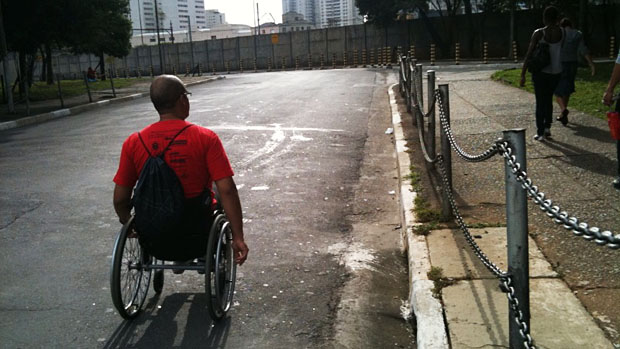 O analista de sistemas Valdir Gonçalves procura um local adequado para conseguir subir na calçada