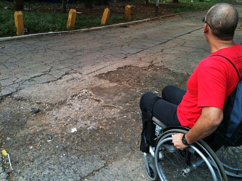 Os buracos na calçada dificultam a vida dos cadeirantes