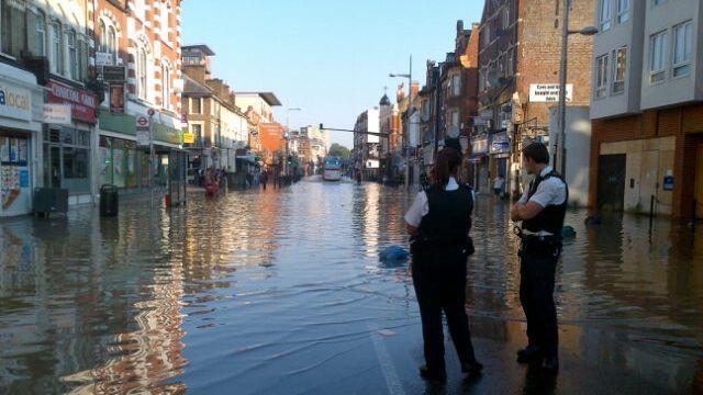 <br><br>  Em Kilburn High Road, na região norte de Londres, o trânsito ficou interrompido em função do rompimento de uma tubulação de água sob a rua