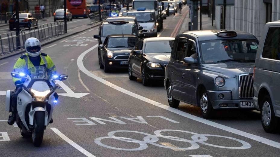 A faixa exclusiva para os veículos olímpicos fica vazia - e a faixa comum sofre um grande congestionamento em Londres nesta quarta-feira