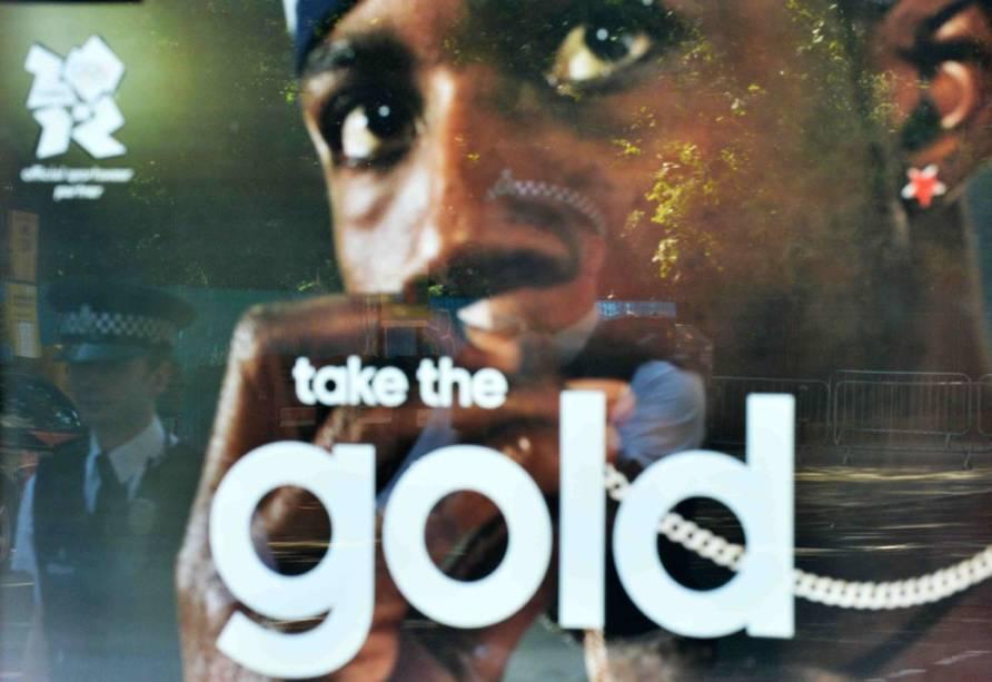 <br><br>  Propaganda com o rosto de Phillips Idowu, atleta envolvido numa grande confusão com os dirigentes da delegação olímpica britânica