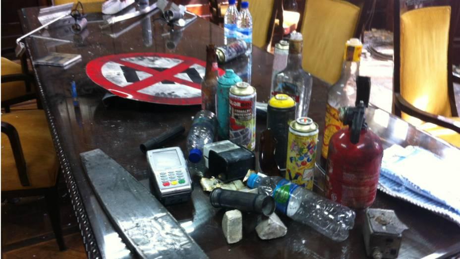 Produtos jogados pelos manifestantes quando invadiram a Alerj