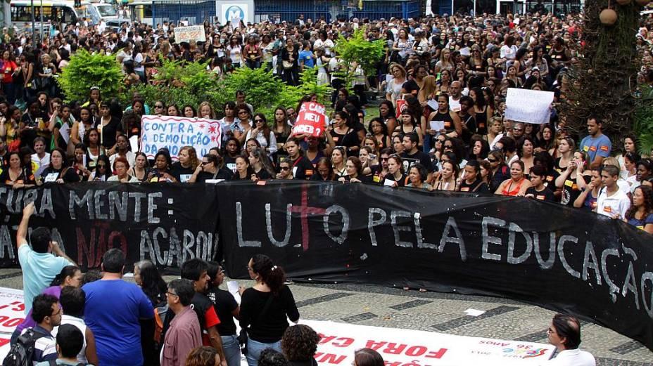 Professores em greve caminham até o Palácio da Cidade, sede da prefeitura do Rio