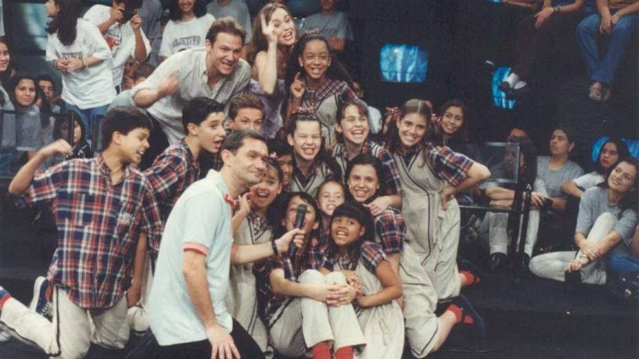Serginho Groisman com o elenco do programa infantil Chiquititas, no Programa Livre, em 1998
