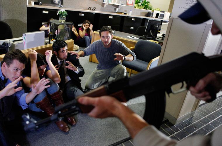 O ex-oficial da Marinha dos Estados Unidos Cade Courtley ensina os espectadores do Guia de Sobrevivência a se safarem de situações de risco, como um assalto a banco.