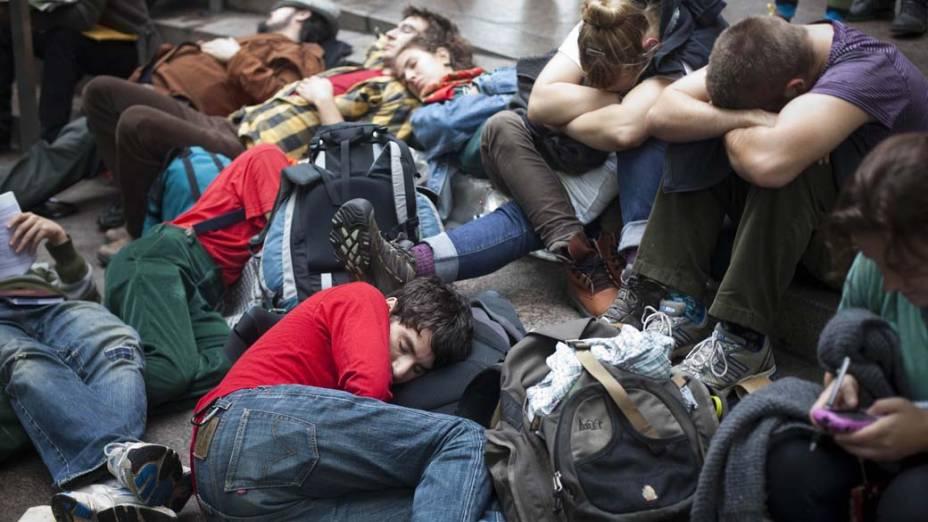 """Protestantes da """"Occupy Wall Street"""" descansam no parque Zuccotti após marcha na cidade de Nova York"""