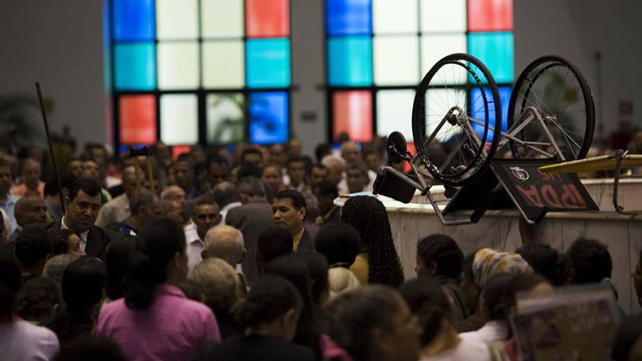"""Fotos dos """"milagres"""" que acontecem durante o culto (fiéis em cadeiras de rodas que andam, no detalhe:  cadeira de rodas) na igreja pentecostal Deus é Amor em São Paulo<br>"""