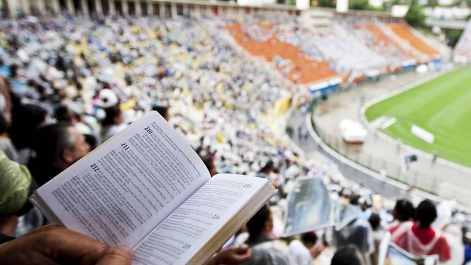 Evangélicos da Assembléia de Deus no estádio do Pacaembu, em São Paulo, para comemorar os 100 Anos de fundação da Igreja
