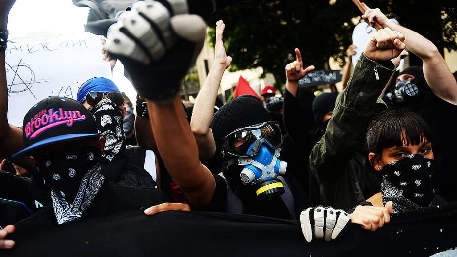 Manifestantes na avenida Paulista em São Paulo (SP), protestando contra a realização da Copa do Mundo no Brasil, na noite deste sábado (25)