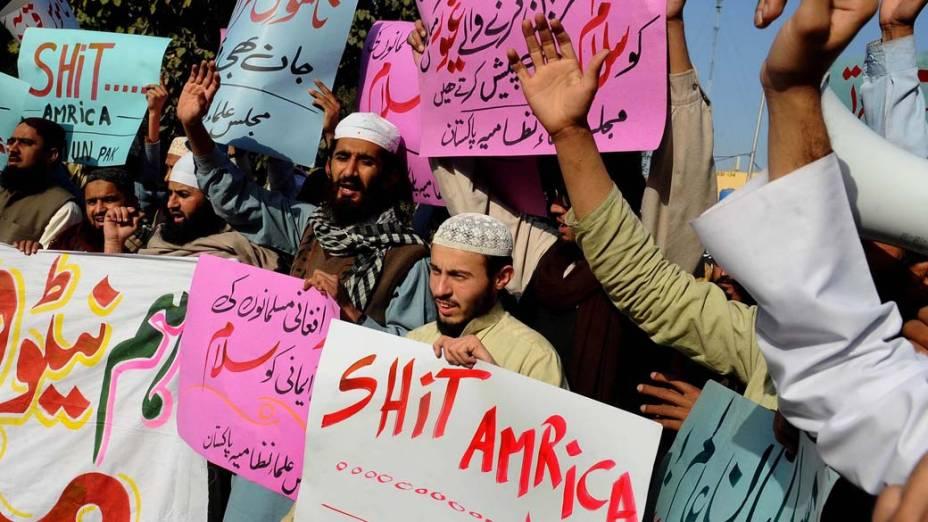 Ativistas durante protesto anti-américa em resposta à queima do Corão em base militar americana em Lahore, Paquistão
