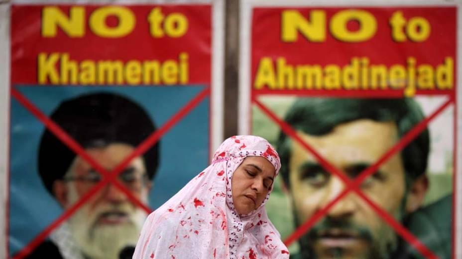 Em Londres, membros da Associação de Mulheres Anglo-iranianas encenaram um apedrejamento. O ato protesta contra a penalidade aplicada pelo Irã e pede pela intervenção da Grã Bretanha no Conselho de Segurança da ONU pelos direitos humanos