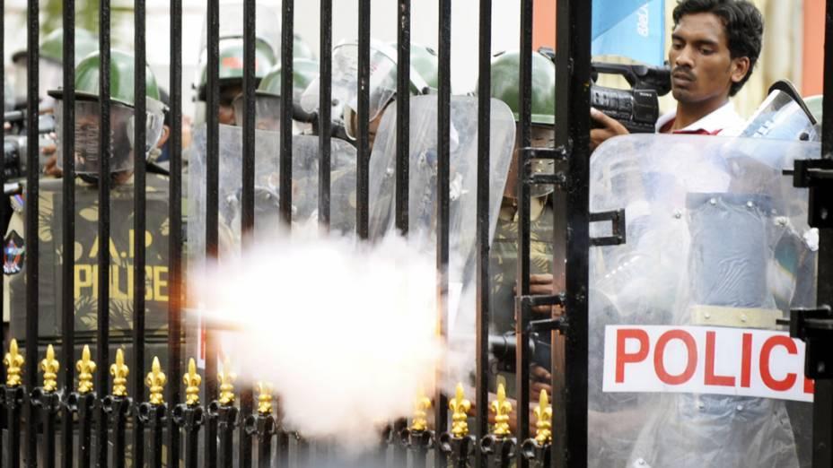 Policiais atiram bomba de gás lacrimogênio contra manifestantes que buscam a separação de Telangana em Hyderabad, Índia
