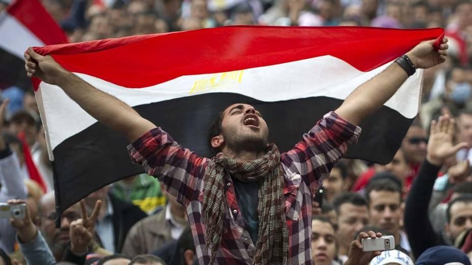 Manifestante participa de protesto contra o governo de Hosni Mubarak no centro do Cairo, Egito