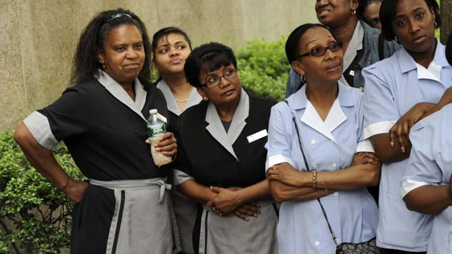Camareiras esperam fora do tribunal para ver a chegada do ex-chefe do FMI Dominique Strauss-Kahn, em Nova York
